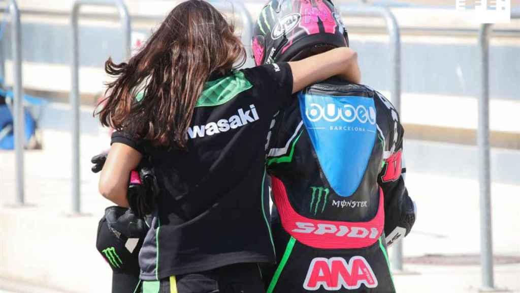 Carla abraza a Ana durante un entrenamiento.