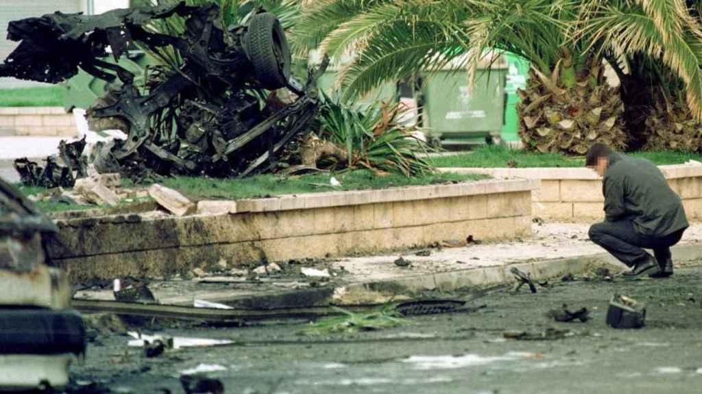 Estado en que quedó el vehículo que colocó la etarra Beyre y que terminó con la vida de Santos Santamaría.