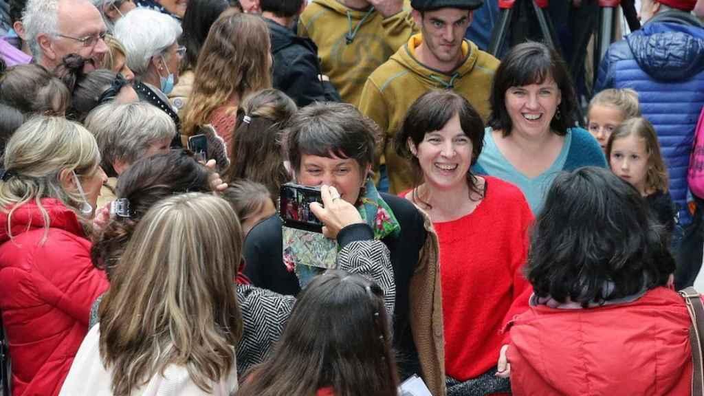 Beyre (de rojo) es recibida por una multitud en Cambo-Les-Bains, después de 20 años de prisión en Francia.