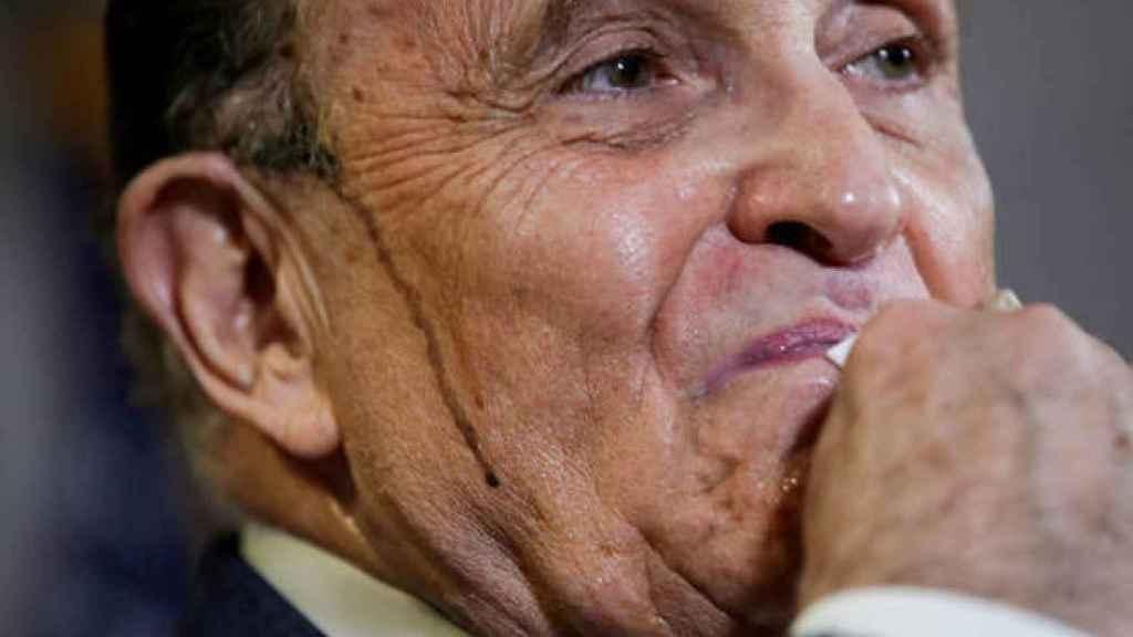 Rudy Giuliani en la polémica rueda de prensa con el sudor manchado de tinte.