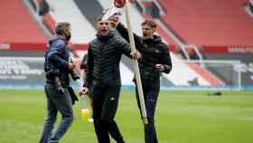 Aficionados del Manchester United roban el banderín de Old Trafford