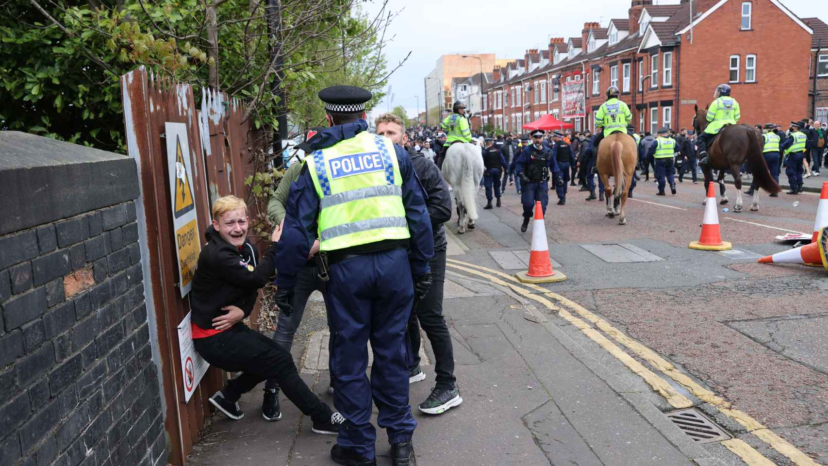 Un aficionado del United, rodeado de la policía