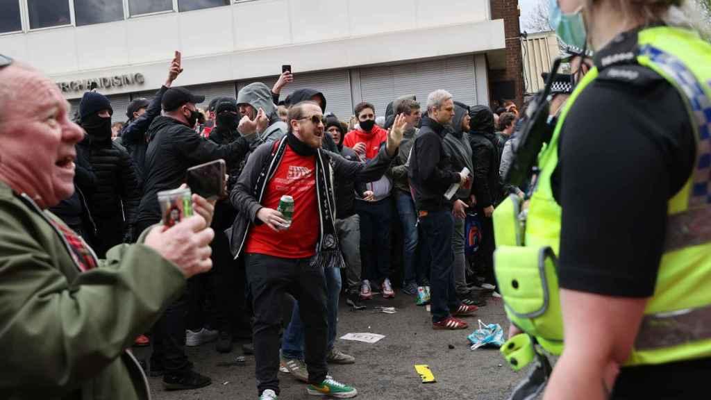La policía intenta controlar a los fans del Manchester United