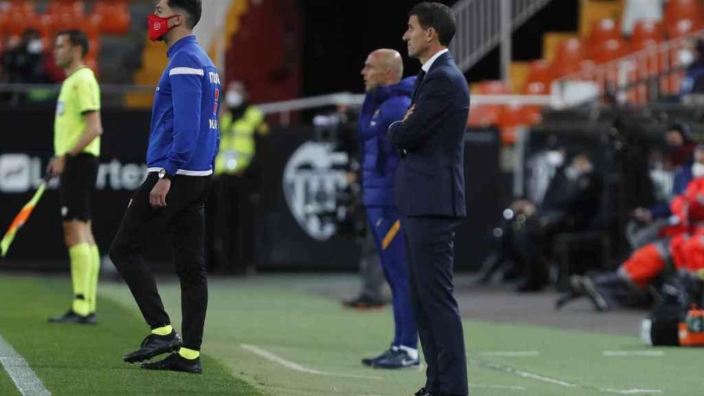 Javi Gracia dando indicaciones al Valencia desde la banda