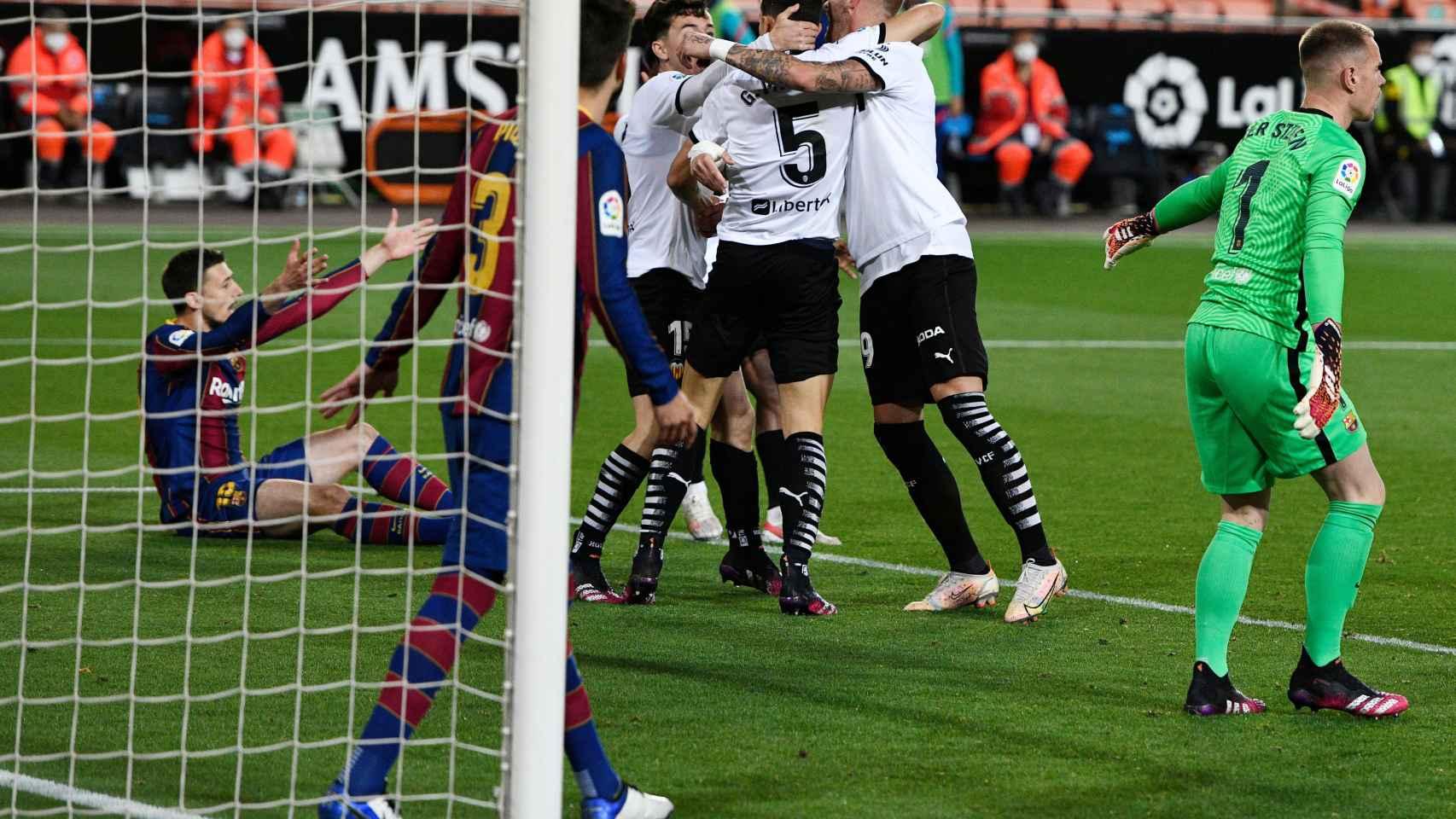 El Valencia celebra su gol ante el Barça