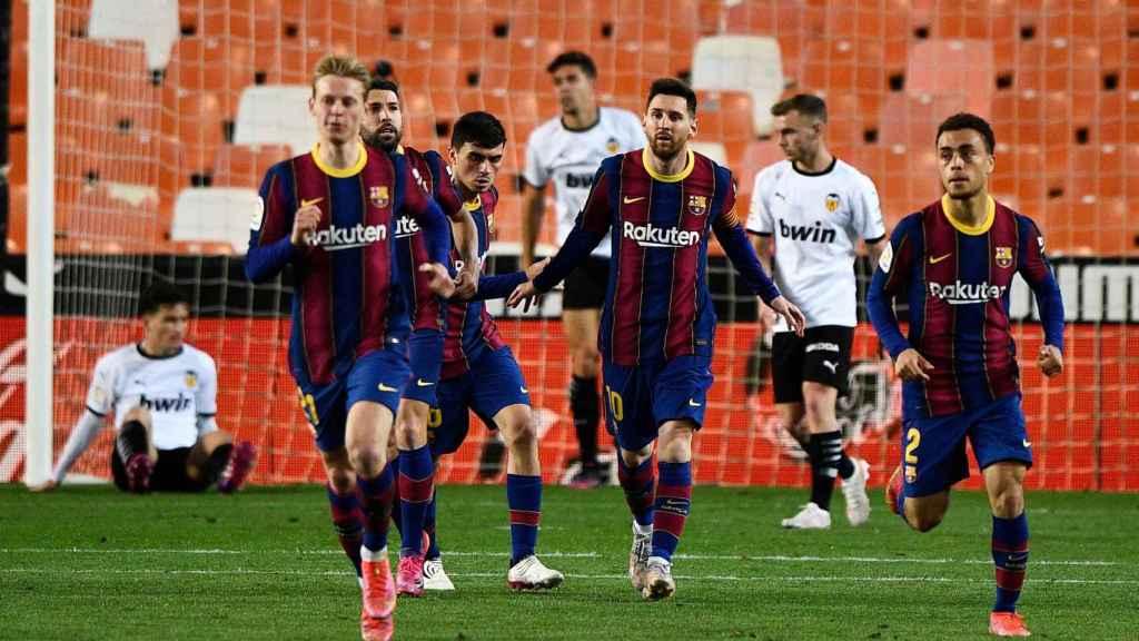 El Barça celebra su gol al Valencia