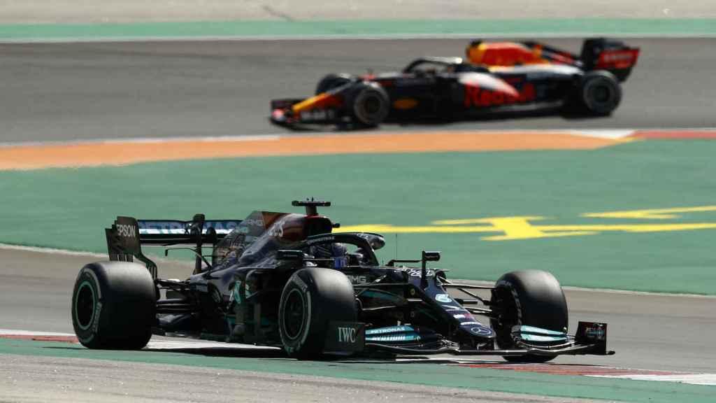 Hamilton rodando por delante de Verstappen