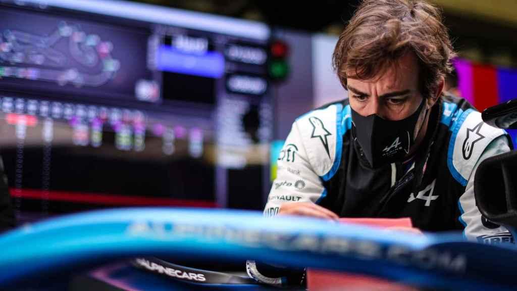 Fernando Alonso en el garaje de Alpine