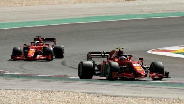 Carlos Sainz rodando por delante de Leclerc en Portimao