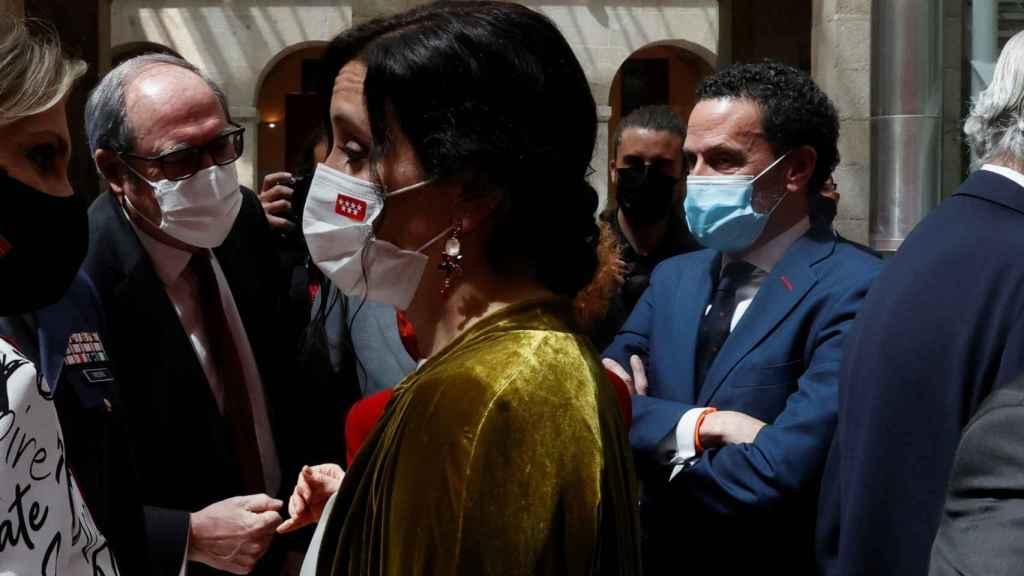 La presidenta, Isabel Díaz Ayuso (PP), conversa en un corrillo junto a Ángel Gabilondo (PSOE) y Edmundo Bal (Ciudadanos).