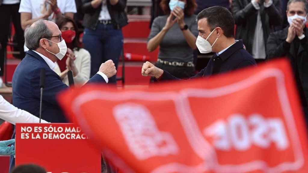 Ángel Gabilondo y Pedro Sánchez en el mitin de cierre de campaña del PSOE, con el lema No es sólo Madrid, es la democracia.