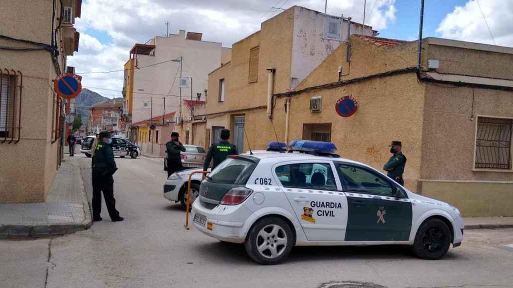 La Guardia Civil desplegada en Jumilla, este sábado, tras la riña en la que murió un joven colombiano.