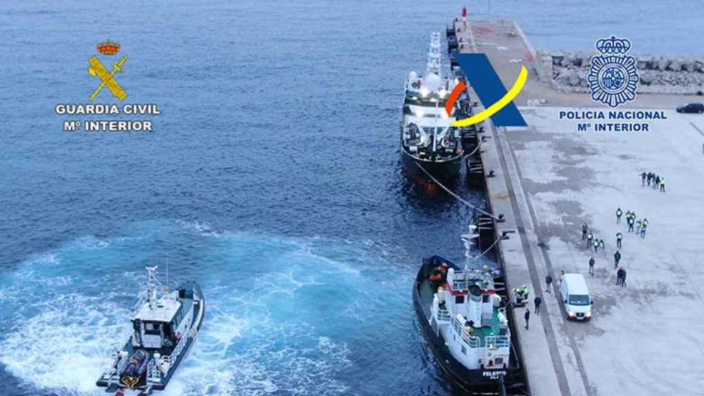 El abordaje a la embarcación se produjo de forma sigilosa, sin que los criminales advirtieran la presencia policial hasta que los agentes ya estaban en el barco.