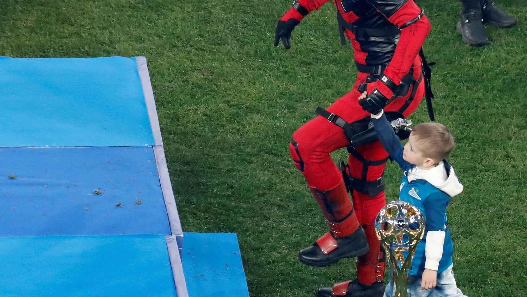 Artem Dzyuba, disfrazado de Deadpool para recoger el trofeo de la Premier League rusa