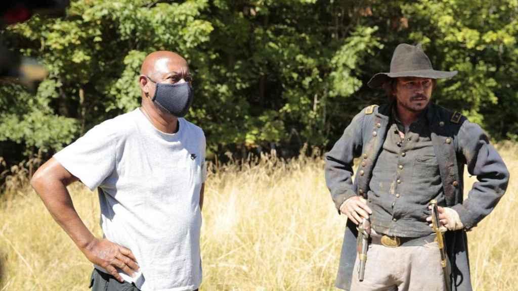 Raoul Peck junto a Josh Harnett en el rodaje de 'Exterminad a todos los salvajes'.