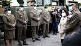 Margarita Robles visita el acuartelamiento de Aizoáin.