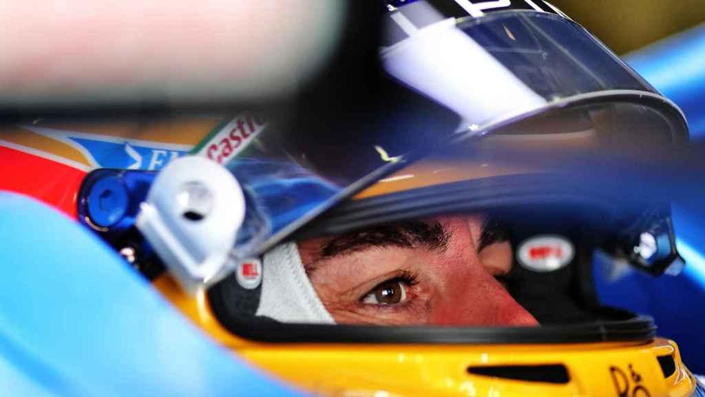 Fernando Alonso, con su casco