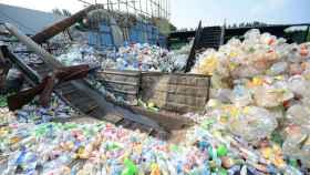 Una planta de reciclaje de botellas de plástico.