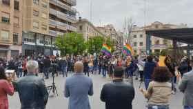 La concentración de la tarde en apoyo a las víctimas de la agresión homófoba reúne a un centenar de personas.
