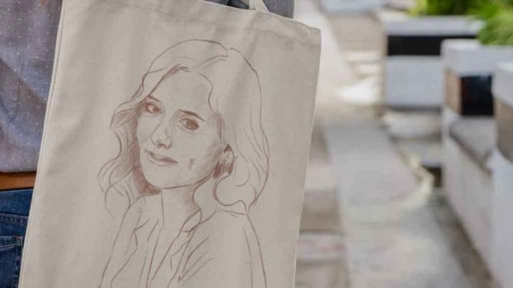 Bolsa con la imagen de Isabel Díaz Ayuso.