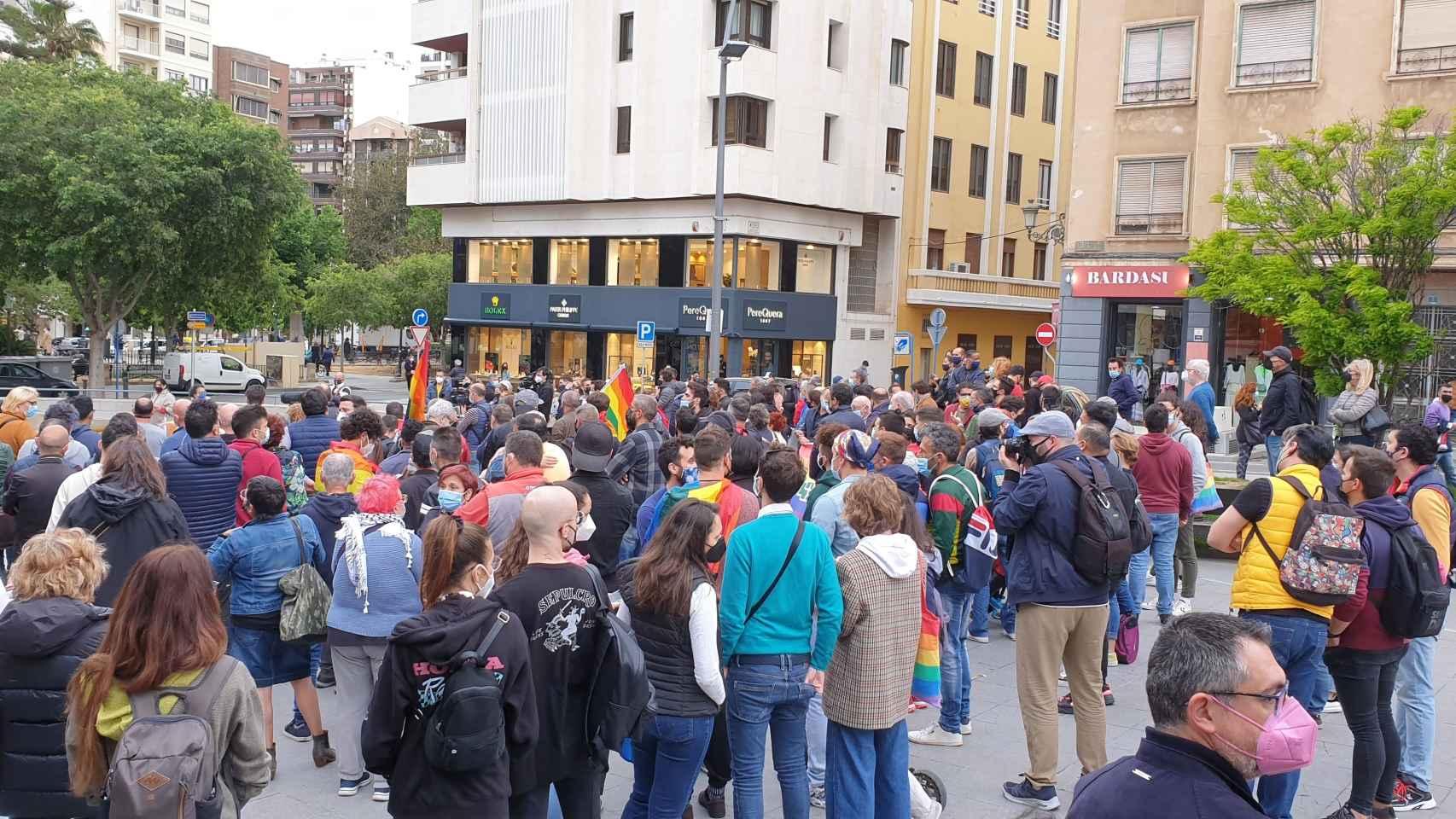 Asistentes a la concentración contra la homofobia en Alicante.