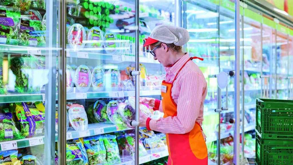 Una trabajadora en un supermercado.