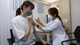 Una judoca olímpica recibiendo la vacuna contra la Covid-19 para poder acudir a los JJOO de Tokio