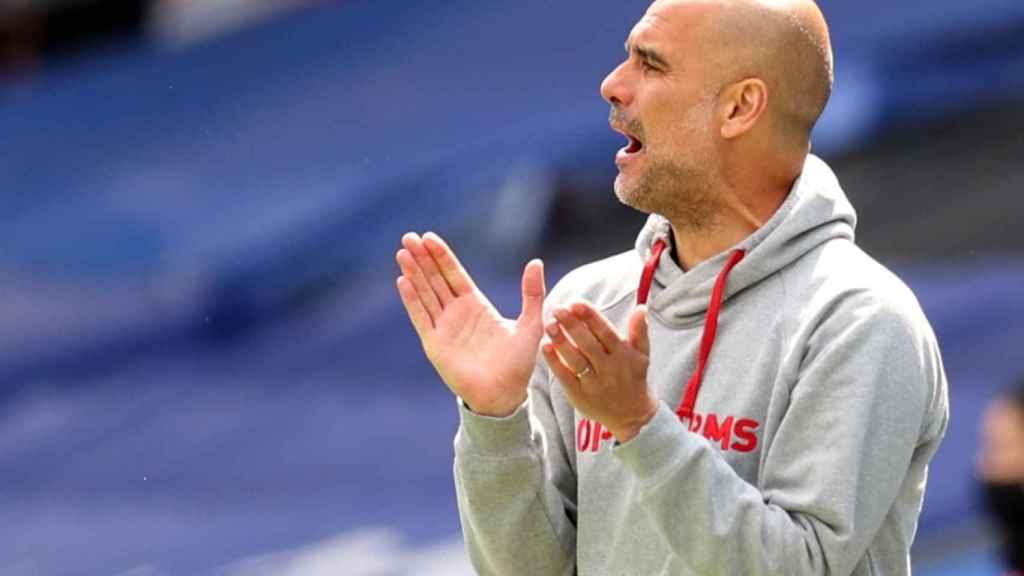 Guardiola anima a sus jugadores desde la banda en un partido del Manchester City
