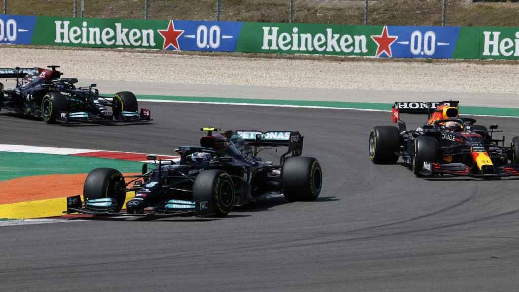 Bottas rueda por delante de Verstappen y Hamilton en Portimao