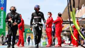 Fernando Alonso, en el 'pit lane' de Portimao