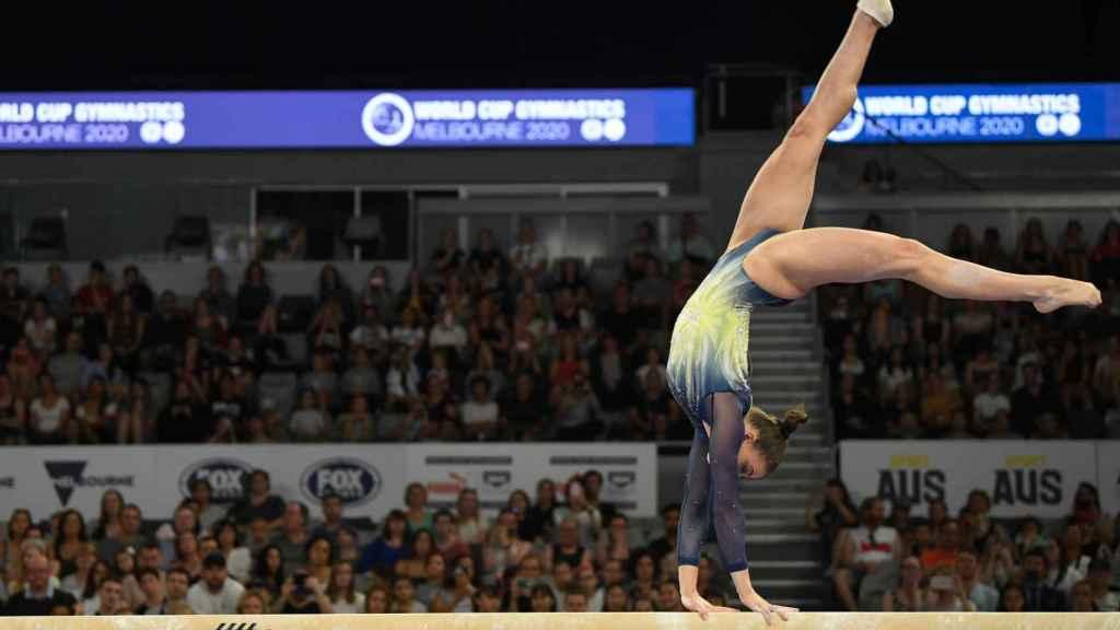 Una gimnasta australiana durante la Copa del Mundo de Gimnasia de Melbourne en 2020