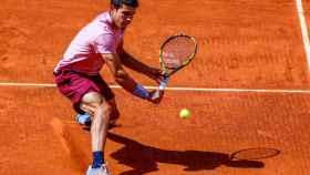 Carlos Alcaraz golpea un revés cortado en la red en el Mutua Madrid Open