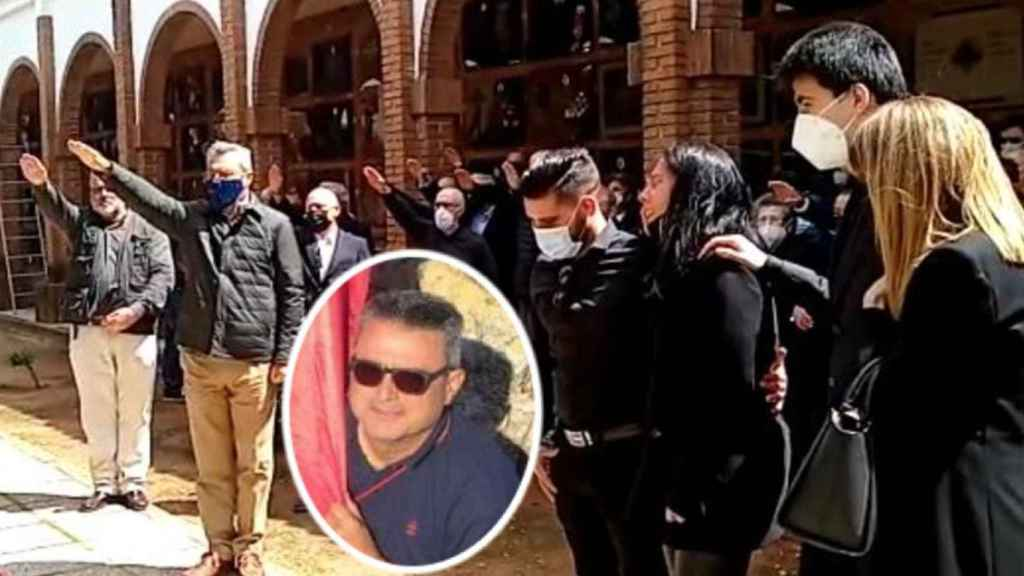 Imagen de los participantes en el funeral haciendo el saludo fascista.