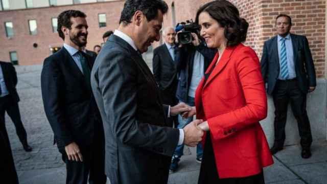Junma Moreno saluda a Isabel Díaz Ayuso junto a Pablo Casado en una imagen de archivo.