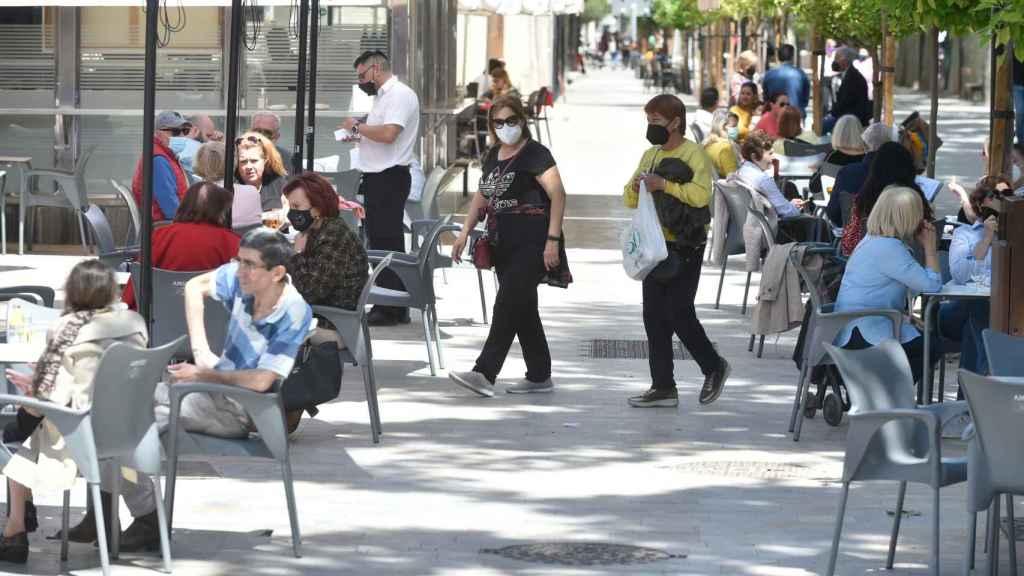 Varias personas en una terraza en Murcia.