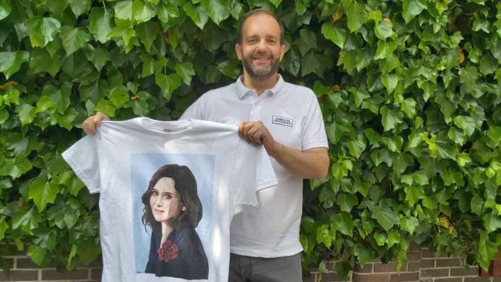 Fernando, edil de Getafe por el Partido Popular, con una de las camisetas de su tienda.