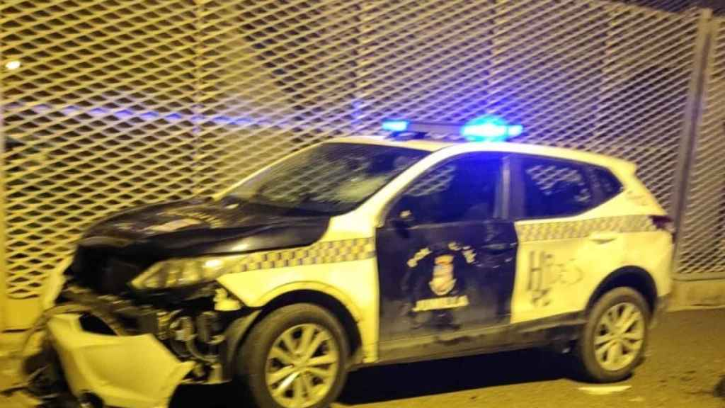 Estado en el que quedó un coche patrulla de la Policía Local de Jumilla tras la protesta.