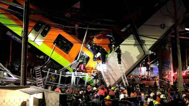 El metro se ha caído cuando pasaba por un puente de la vía elevada de la línea 12 .
