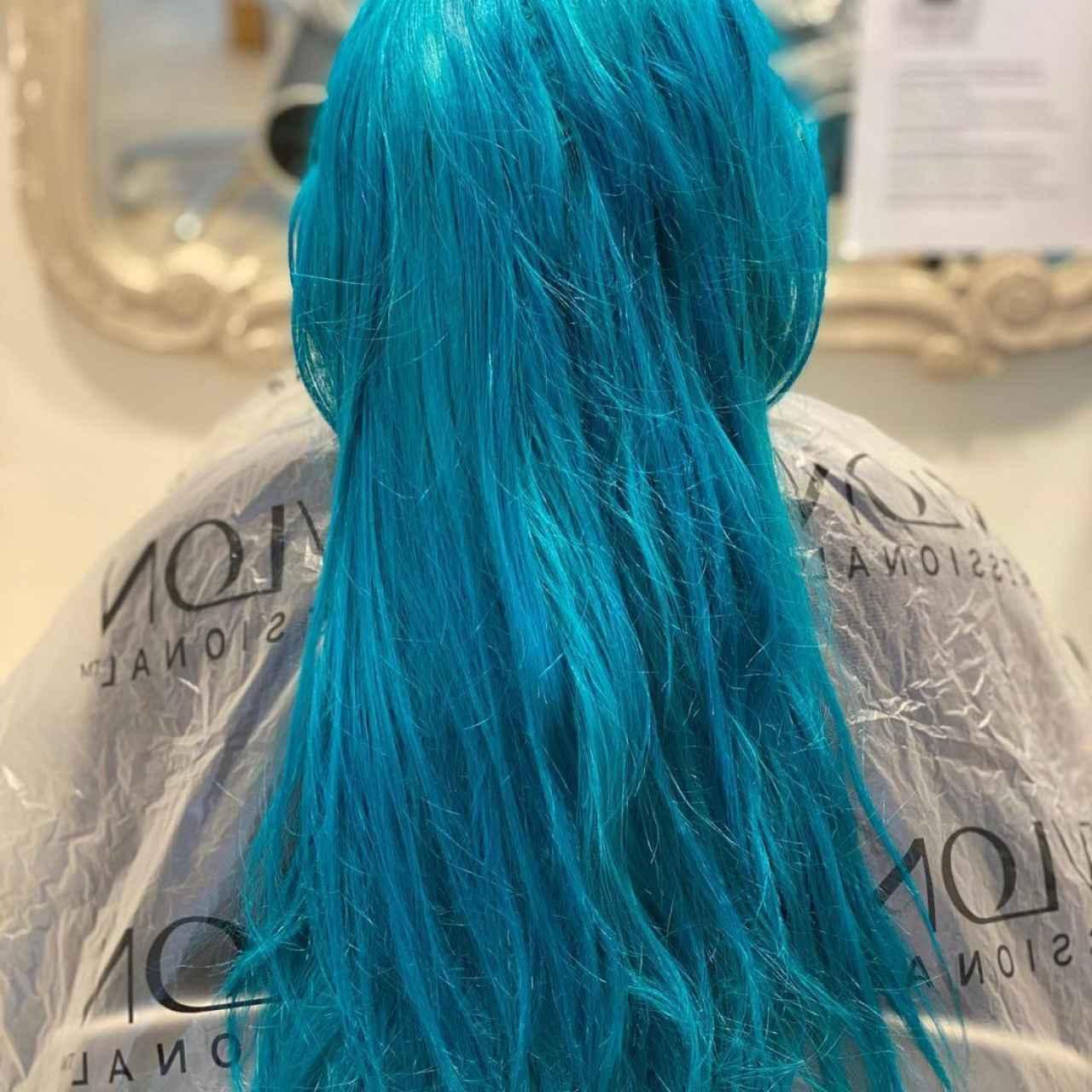 Imagen de pelo en tono fantasía en las redes sociales del Salón Blue de Raquel Saiz.