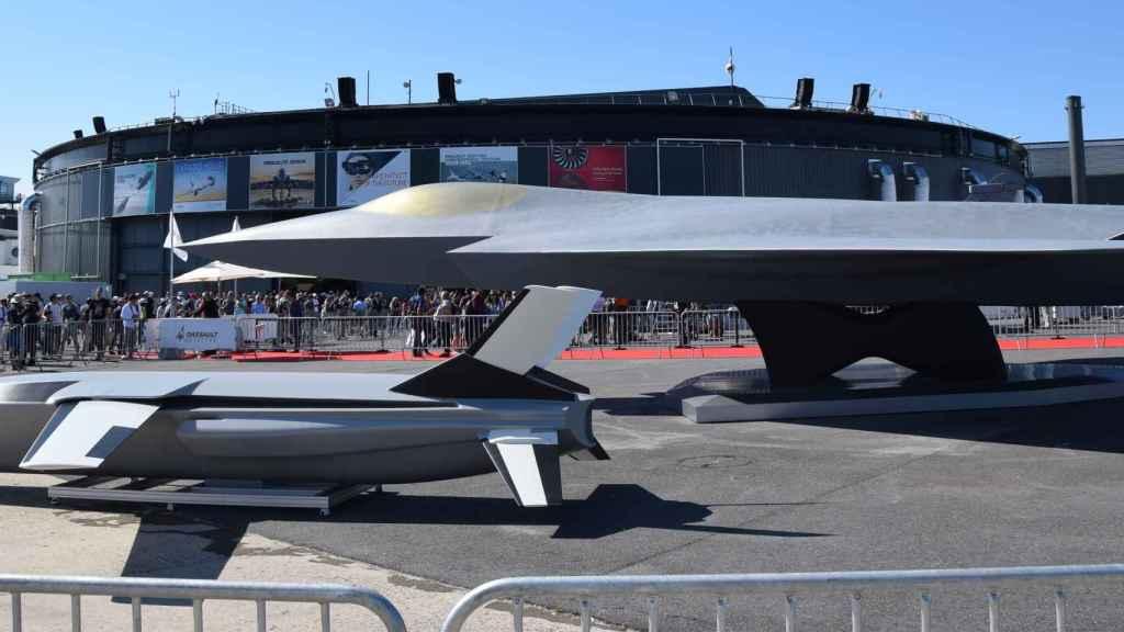 Maqueta FCAS junto a un dron guardaespaldas