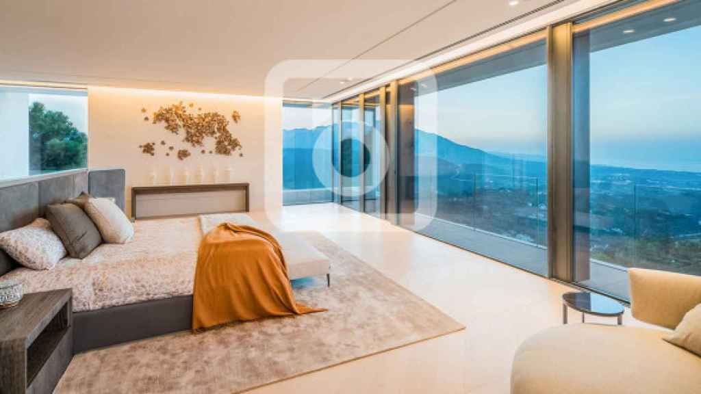 Uno de los dormitorios con vistas al mar Mediterráneo.