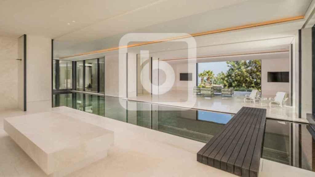 Foto de la piscina interior climatizada.