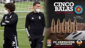 Dos jugadores del Cartagena y el polémico cartel, en un fotomontaje