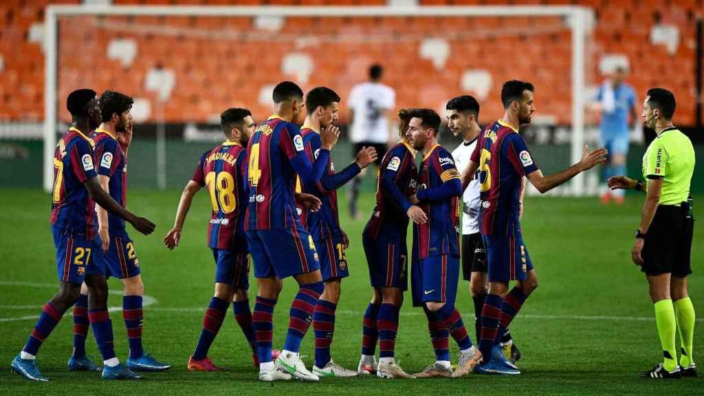 Los jugadores del FC Barcelona celebran la victoria ante el Valencia