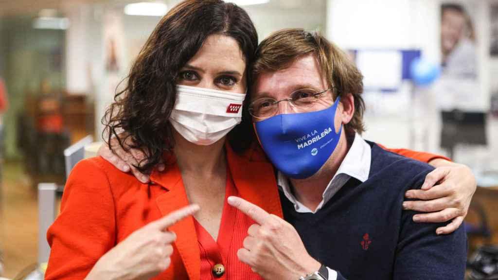 Isabel Díaz Ayuso y José Luis Martínez-Almeida, en la sede del PP.