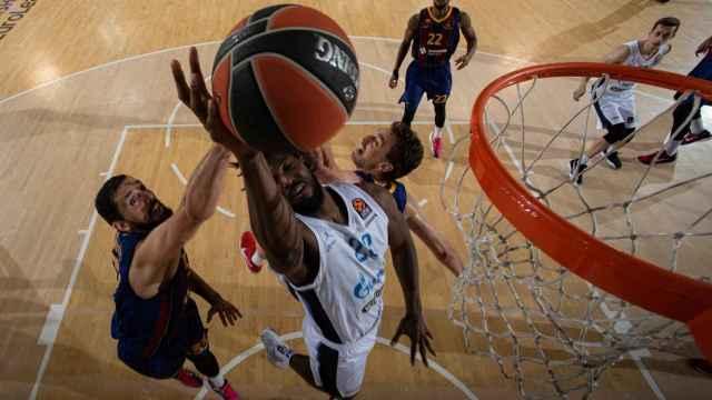 Mirotic y Pau Gasol (Barça) taponando ante el Zenit