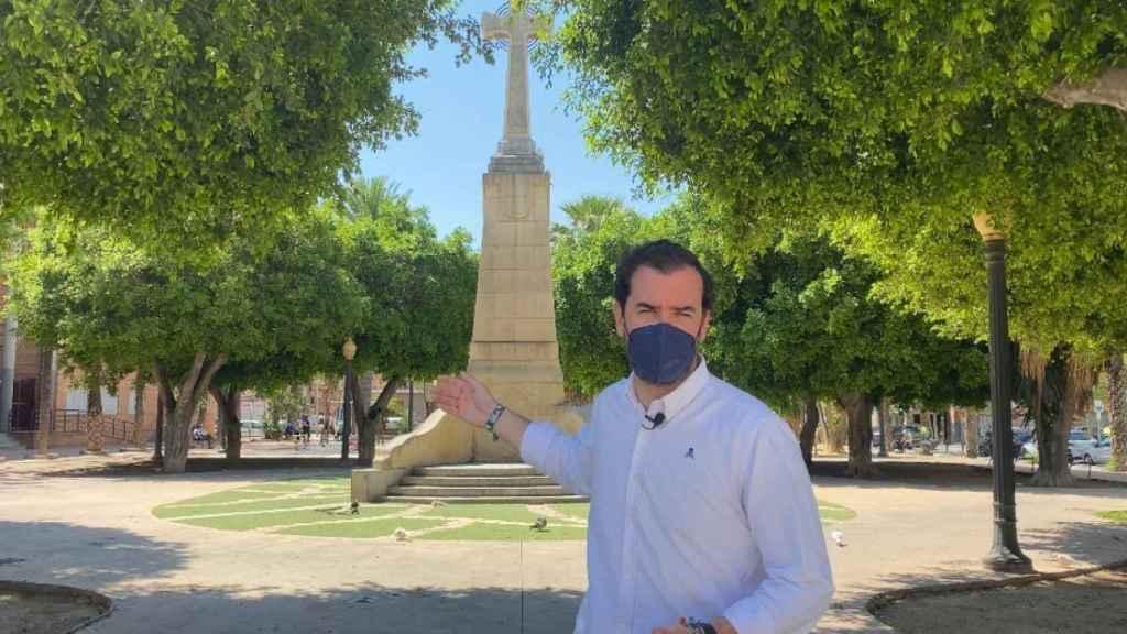 Claudio Guilabert, ante la cruz del Paseo de Germanías que se pretende eliminar con la reforma de la plaza.