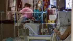 Un paciente enfermo de Covid-19 espera a ser atendido en la UCI del Hospital de Basurto, en Bilbao. EFE/Miguel Toña