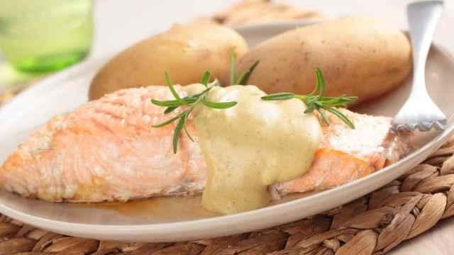 Salmón con salsa de mostaza, receta para combatir el colesterol y el insomnio