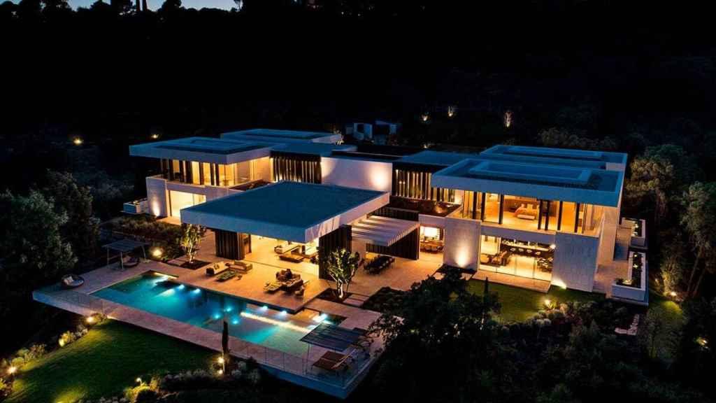 Imagen nocturna de Villa Cullinam desde el aire.